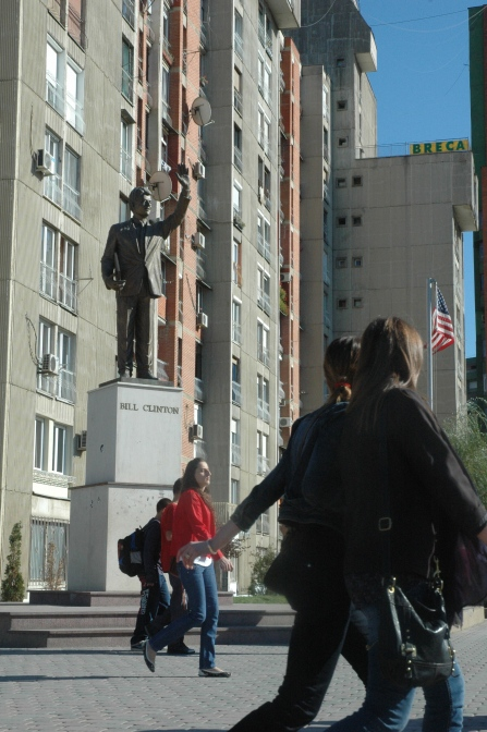 Statue de Bill Clinton, sur le boulevard à son nom, au centre de Pristina.